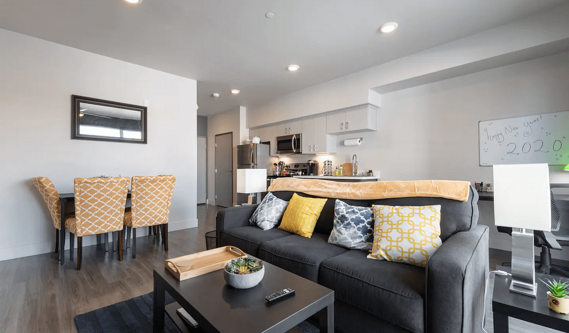 Luxe Apt @ Downtown Commons | Netflix + TV in Bed